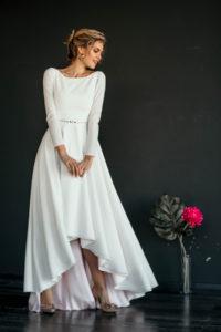 Простое и смелое свадебное платье с асимметричной юбкой Makani от Миламира