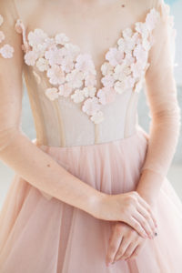 Эффектное свадебное платье с глубоким вырезом Mira от Миламира